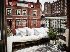 Vad är väl en sommar i stan utan balkonghäng? Maxa ytan på den lilla balkongen genom att flytta ut det kvadratsmarta tänkandet med 6 enkla knep.