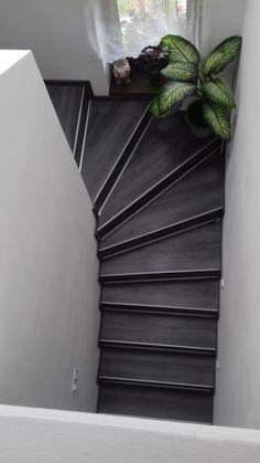 Barva a materiál utváří celkový vzhled schodiště. Nebojte se experimentovat s tmavými barvami. Stairs, Home Appliances, Home Decor, Home, Living Room Ideas, Dekoration, Interior, House, House Appliances
