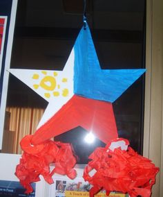 Parol is a traditional Filipino Christmas decoration, a five point star-shaped Christmas lantern. Parol reminds the Filipino Christians of the star of Bethlehem that guided the Three Wise Men on their way in search of the new-born Jesus. Christmas Parol, Christmas Lanterns Diy, Christmas 2019, Parol Filipino, Filipino Art, Christmas In The Philippines, Philippine Art, Lantern Craft, China Crafts