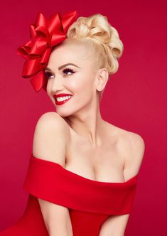 Gwen Stefani is getting ready to celebrate the holidays with a new Christmas album and single with boyfriend Blake Shelton Gwen Stefani Mode, Gwen Stefani And Blake, Gwen Stefani Style, Young Gwen Stefani, Gwen Stefani Makeup, Blake Shelton, Glamour, Gwen Stephanie, Look Fashion