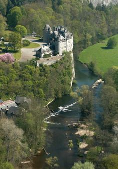 Chateau de Walzin above Leese river, Belgium (via Bruno-Papara Breath taking to be seen but very crowded in summer Beautiful Castles, Beautiful Buildings, Beautiful World, Beautiful Places, Amazing Places, Places To Travel, Places To See, Travel Destinations, Places Around The World