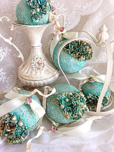 Victorian Christmas Ornaments, Peacock Christmas, Christmas Tree Toy, Handmade Christmas Decorations, Christmas Crafts For Gifts, New Years Decorations, Diy Christmas Ornaments, Christmas Colors, Christmas And New Year