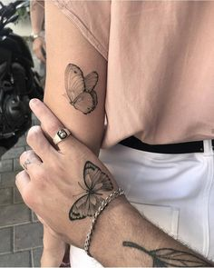 The best butterfly tattoo collection that you& seen this miracle . - You have the best butterfly tattoo collection that you are seeing this beautiful insect - # butterflytattoo # this # This # gesehen Cute Hand Tattoos, Small Hand Tattoos, Cute Small Tattoos, Small Tattoo Designs, Pretty Tattoos, Unique Tattoos, Beautiful Tattoos, Unique Small Tattoo, Matching Best Friend Tattoos