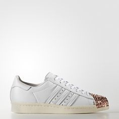 Launched in 1970 as a revolutionary basketball performance style, the adidas Superstar shoe was the sport's first all-leather sneaker. In '80s New York City, hip-hop heroes lifted a pair up on stage and dedicated a song to them. A legend was born. As fresh as ever, this modern version of the adidas Superstar shoe features a 3D metal shell toe with the look of shattered glass. The women's shoes are built with an all-leather upper and finished with serrated 3-Stripes and a herringbone-pattern…