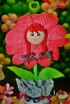 Festa Infantil - Joaninhas no Jardim, flor com bombom de tecido no caule imitando mato. http://www.suelicoelho.com.br/2012/03/festa-infantil-joaninhas-no-jardim-da.html