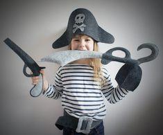 Strzeżcie się  szczury lądowe!  Postrach mórz i  oceanów ma na was  haka. Strój piracki  wykonany z szarego i  grafitowego filcu.  Składa się z  kapelusza, przepaski  na oko, pasa,  pistoletu, maczety i  haka. Rozmiar  uniwersalny: od 3  lat w górę.  Bezpieczny-nie ma  ostrych krawędzi.  ...
