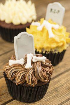 Des cupcakes au chocolat, citron et vanille décorés sur le thème d'Halloween.