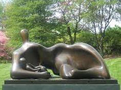 Mujer reclinada con niño. Henry Moore, 1930. Escultura Abstracta. Esta escultura representa la figura de una madre con su hijo, sin embargo apenas tiene semejanza con el cuerpo real de una mujer y su bebé, la abstracción supone una ruptura con el arte figurativo que representa las cosas de forma realista. Henry Moore combina los vacíos con las formas onduladas, rasgos de la escultura abstracta.
