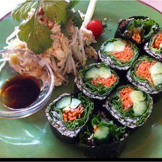 野菜の海苔巻きとパッタイのローフードランチプレート@レインボーローフード