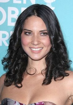 Olivia Munns gorgeous, curly hairstyle