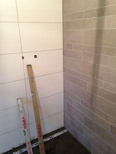 Wandetegels wit 30x60 en stroken grijs in de badkamer