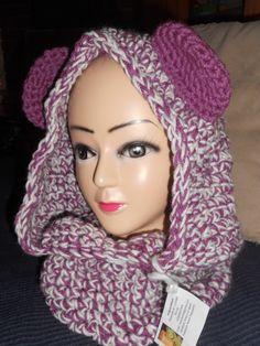 Cappuccio scaldacollo realizzato all'uncinetto in misto lana color panna/viola con orecchie viola