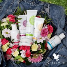 Prepare your skin for Midsummer with our luxury Aloe Fleur de Jouvence kit. It´s a skin care program that contains day lotion, night crème, cleanser, rehydrating toner and components for a face mask. Aloe is the base in all products, and in this skin care kit you´ll also find allantoin, collagen and hyaluronic acid. The products also work for sensitive skin. #ForeverLiving #ThisIsForever #DiscoverForever http://link.flp.social/epPzvu