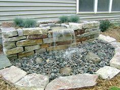 Steinmauer mit Wasserfall