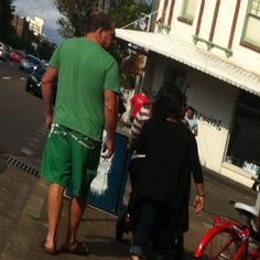 Matching colour boardies & tee faux pas. As an aside, check the wife in leggings. FYL