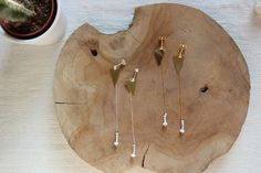 boucle d'oreille de créatrice , bijoux fin et graphique en argent massif doré à l'or fin 24 carats avec perle de nacre et perle de verre facettée , coup de coeur assuré !