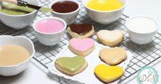 La glassa all'acqua è un composto lucido realizzato con zucchero a velo e acqua, utilizzata per decorare biscotti, cupcake, cake pops, ciambelle e torte. La glassa all'acqua può essere utilizzata al naturale, ovvero acqua e zucchero a velo per una glassa bianca, oppure colorata, aggiungendo alla base bianca dei coloranti alimentari che, avvolte, non sono molto apprezzati.