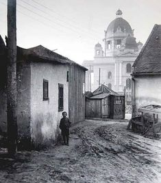Belgrade transformed between the world wars. A boy stands in a muddy inner courtyard, while the National Assembly, under construction, is in the background. Charcoal Art, Charcoal Drawing, Belgrade Serbia, Magnum Opus, Serbian, Historical Pictures, Vintage Travel Posters, Under Construction, City Streets