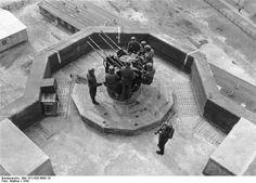 """En 1944,la 3,7 cm fut remplace par la 2 cm quadruple. Cet armement était installe plus bas que les canons DCA,dans les """"nids de hirondelle"""""""