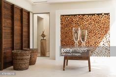 Foto de stock : Registros en pared de madera y una mesa en el vestíbulo moderna