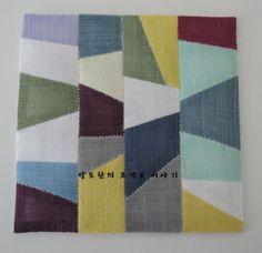 한 작품 완성할때마다 생기는 자투리천이 꽤나 모였다. 두고보자니 마음만 불편하고... 자투리천으로 손쉽... Stitch Patch, Japanese Quilts, Contemporary Quilts, Color Harmony, Patchwork Patterns, Korean Art, Textiles, Fabric Squares, Mug Rugs