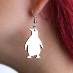 Pingviini-korvakorut  Käy omasi tästä: Suloiset smokkipukuiset ystävämme pingviinit valloittavat korvakorujen muodossa! Nämä upeat korut sopivat täydellisesti yllätyslahjaksi kaverille tai muille eläinten ystävälle! :) Koko: 3 x 2 cm.  #samaskoru #korut #korvakorut Drop Earrings, Jewelry, Fashion, Jewellery Making, Moda, Jewelery, Drop Earring, Jewlery, Fasion