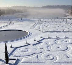Versailles in the snow. I would love to see Versailles, and Paris, in snow! Chateau Versailles, Versailles Garden, Palace Of Versailles, Versailles Pattern, Foto Picture, Magic Places, Winter Szenen, Winter Time, Paris Winter