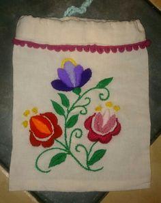 Bordado mexicano, lana con poliester sobre liencillo de algodón crudo.