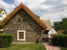 Tihany - tervező: Mérmű Építész Stúdió Chalet Style, Traditional House, Lighting Design, Sweet Home, Minden, Interior Design, House Styles, Home Decor, Cabins