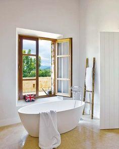 Cuarto de baño con bañera exenta: Masía en Mallorca Dream Bathrooms, Luxury Bathrooms, Amazing Bathrooms, Bathroom Inspo, Cozy Bathroom, French Bathroom, Bathroom Ideas, My Ideal Home, Country House Design