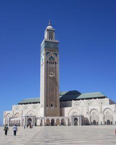 Ainda em Casablanca está a Mesquita de Hassan II. Ela foi inaugurada em 1993 e é a segunda maior do mundo e um dos mais importantes cartões-postais de Casablanca. Absolutamente rica em detalhes e belíssima. É o templo mais alto do mundo e só perde em tamanho para a mesquita de Meca. Além de ser uma das únicas mesquitas que permite a visitação de não muçulmanos. Aqui as mulheres devem sempre estar com ombros cobertos e roupas pelo menos até os joelhos. #Marrocos #PeloMundoComVc  #PeloMundo…