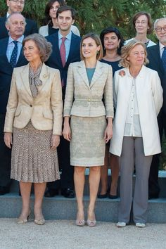 Reunión de la Comisión de Medios de Comunicación de la Fundación de Ayuda Contra la Drogadicción. Su Majestad la Reina Letizia y Su Majestad la Reina Sofía se dirigen juntas al lugar donde realizó la fotografía con los asistentes a la reunión Palacio de La Zarzuela. Madrid, 29.09.2015