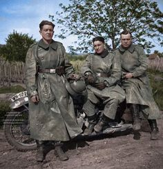 Three dispatch rider posing with a BMW motorcycle in a nice color photo. Ww2 Uniforms, German Uniforms, Germany Ww2, Ww2 Pictures, War Photography, World War One, German Army, War Machine, Military History