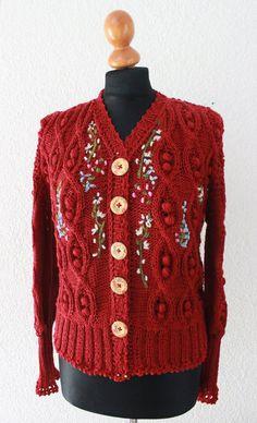 Trachtenjacke im typischen 40er Jahe Stil - breite Schultern, hohe Taille. Die Jacke ist handgestrickt aus einem weichen Wollgarn, hier in dunklem Rot.