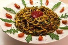 zucchini noodles with tomatoes, arugula and mango-celery-red bell pepper sauce (low-fat raw vegan) - lospinta Raw Vegan Dinners, Raw Vegan Recipes, Vegan Foods, Vegan Vegetarian, Cooking Recipes, Healthy Recipes, Eating Vegan, Vegan Raw, Vegan Zucchini