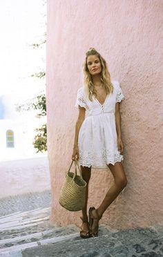 5 acessórios trendy certeiros para levantar o visual. Vestido branco de renda soltinho, bolsa de palha, rasteirinha de tiras