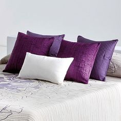Preciosos y modernos cojines decoración Barli de Reig Martí, en tejido jacquard y con relleno. Tienen un diseño liso y sencillo para decorar tu cama, sillones, sofá... Podrás elegir entre trece colores disponibles.