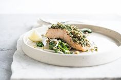 Zalm met noten-kruidenkorst op een bedje van spinazie • Nooit meer diëten Pureed Food Recipes, Fish Recipes, Seafood Recipes, Healthy Cooking, Healthy Snacks, Healthy Eating, Healthy Recipes, Go For It, Fish Dishes