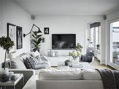 Une atmosphère paisible règne dans cette maison familiale, à la sage décoration en noir et blanc, dont le plan en L s'articule autour d'un jardin réduit à sa plus simple expression : une grande terras