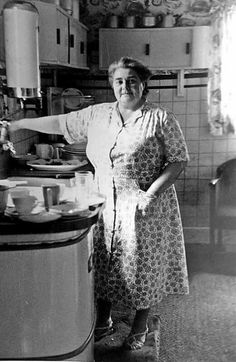 Life With My Grandma: A Nostalgic Look at Growing Up With an Elderly Relative Vintage Love, Retro Vintage, Grandma Clothes, My Grandmother, Grandmothers, Household Chores, The Good Old Days, Vintage Kitchen, Vintage Dishes