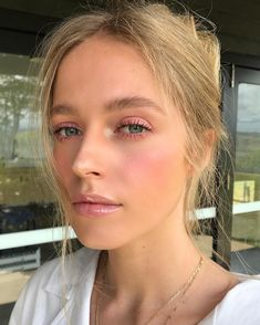 Whenever you do eye makeup, make your eyes look brighter. Your eye makeup must m… - Prom Makeup Looks Pale Skin Makeup, Glossy Makeup, Glossy Lips, Faux Freckles Makeup, Dewy Makeup Look, Exotic Makeup, Blonde Makeup, Edgy Makeup, Clown Makeup