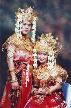 Palembang's wedding ceremony clothes. I guess they had a lot of gold(or metal that look like so, but i don't think that it was impossible then) in the past if this is the traditional weeding costume .