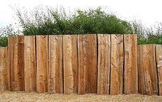 Palisaden sichern Böschungen vor dem Abrutschen und befestigen Ufer, etwa vom Gartenteich.