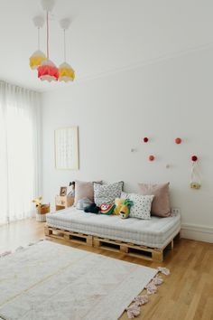 Simple and Cheap Children's Party: 60 Simple Decor Ideas - Home Fashion Trend Wood Pallet Furniture, Home Decor Furniture, Diy Home Decor, Diy Sofa, Diy Storage Under Bed, Living Room Decor, Bedroom Decor, Earthy Home Decor, Diy Pallet Bed