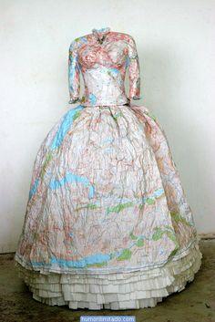 Vestidos vitorianos feitos de mapas e dinheiro-4