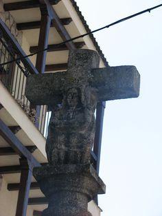 Bonito crucero de piedra situado al comienzo de su calle principal junto al río Jerte.
