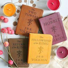 Bom fim-de-semana :) .  Credits to @holliday.reads .  #bookstagram #lotr #tolkien #hobbit #reading #books #bibliophile #booktography #bookaddict #lovebooks #booknerd #bookworm #igreads #instabook #bookstagramfeature