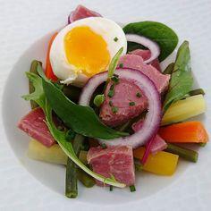 Interprétation de la salade nicoise avec un thon confit à l'huile d'olive infusée citronnelle et gingembre... #menubistronomique #salade #saladenicoise #produitfrais #color #Food #Foodista #PornFood #Cuisine #Yummy #Cooking
