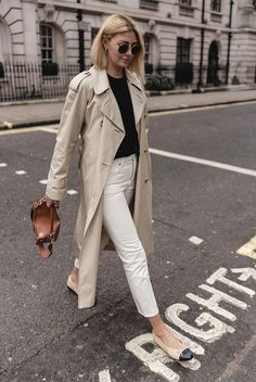 Trench coats outfits for spring - Women Trench Coats - Ideas of Women Trench Coats - Spring outfit. Classic trench coat over white jeans and black sweater Outfit Jeans, Jacket Outfit, Trench Coat Outfit, Sweater Outfits, Casual Winter Outfits, Spring Work Outfits, Classic Outfits, Mode Outfits, Jean Outfits