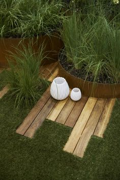 ♂ Green landscaping Sustainable architecture design combination cesped madera maceta idea to fix the odd shaped garden Back Gardens, Outdoor Gardens, Garden Deco, Garden Spaces, Garden Projects, Garden Inspiration, Garden Landscaping, Garden Grass, Beautiful Gardens
